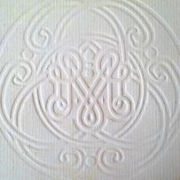 Portada de invitación embosada con monograma y ornamentos